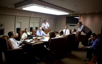 Обама на борту №1 со своей командой.