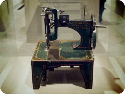 Кто на самом деле придумал швейную машинку Зингер