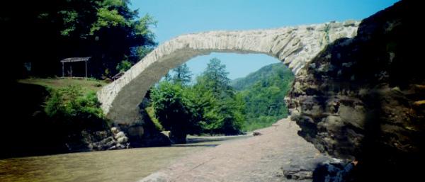 Арочный мост в Махунцети.